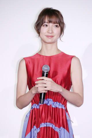 映画「ギャングース」の公開初日舞台あいさつに登場した篠田麻里子さん