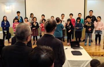手話を交え、感謝の気持ちを歌った信愛塾の子供ら=横浜市中区