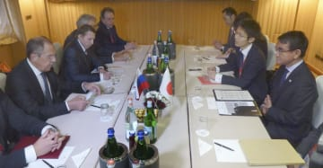 会談する河野外相(右端)とロシアのラブロフ外相(左端)=23日、ローマ(共同)