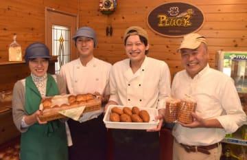 家族4人でパン屋を営む横瀬辰也さん(中央右)と兄悠平さん(同左)=行方市山田