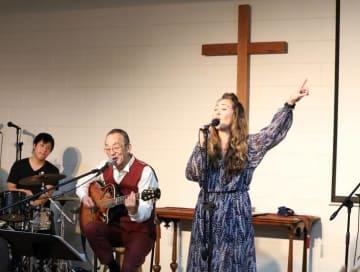 「たとえ小さな教会で20人しか聴衆がいなくても、その20人に私たち家族が経験した愛とか癒やしとかを伝えられたらいい。それがうちの家族のライフワーク」。教会で父・小坂忠さんとデュエット。Facebook公式ファンページは www.facebook.com/asiahfb/