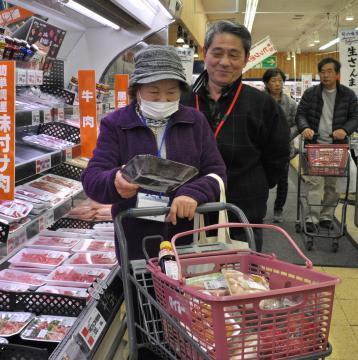 ボランティア団体の支援を受け買い物を楽しむ高齢者(手前)=鹿嶋市鉢形