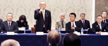 自民党県連総務会であいさつする山崎正昭会長(中列左から2人目)=11月23日、福井県福井市のザ・グランユアーズフクイ