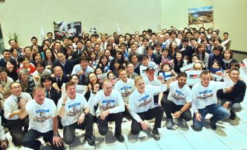 支えてくれたスタッフやトヨタの社員らとともにWRC製造者部門タイトル獲得を祝うトミ・マキネン代表(最前列左端)とドライバーたち(撮影・田口浩次)