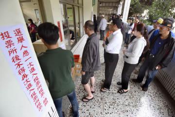 台湾統一地方選で投票に並ぶ有権者ら=24日、高雄(共同)