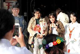 晴れ着を着せた愛犬と共に記念写真に納まる飼い主ら=住吉神社