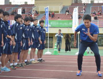 中学生に指導する飯塚翔太選手(右)=ひたちなか市新光町