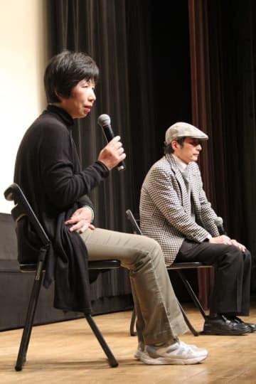 家族の健康被害や国の責任などについて語る下田さん(左)と金子監督=長崎市上町、NBCビデオホール