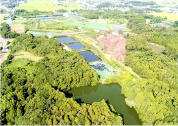 開発が進む乾草沼一帯。水辺のすぐ近くにあった雑木林が大きく削られ更地になっている=7月(乾草沼環境保全会提供)