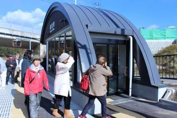 新たに整備された織笠駅を見学する参加者