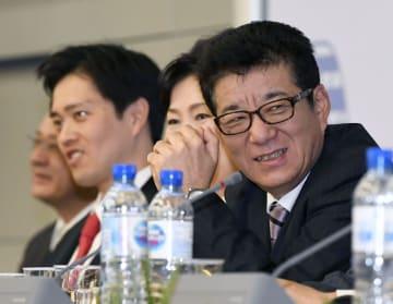 2025年万博の大阪開催が決まり、記者会見で笑顔の松井一郎大阪府知事。左は吉村洋文大阪市長=23日、パリ(共同)