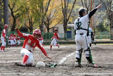 古希チーム「ウィード」から得点を奪う小学生チーム「城山クラブ」=県民総合運動公園