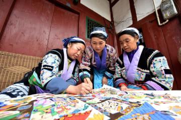ミャオ族「画家」伝統絵画への思い 貴州省竜里県