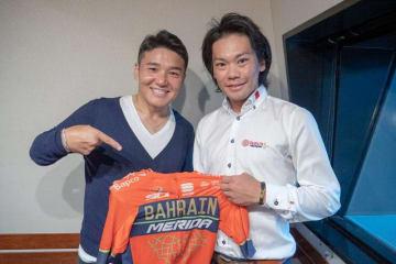 自転車ロードレース選手の新城幸也さん(右)とパーソナリティの丸山茂樹