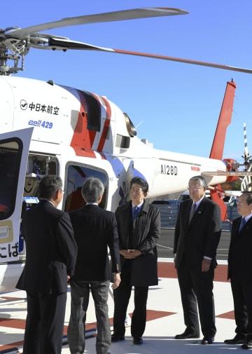 福島県富岡町のふたば医療センター付属病院で、救命救急用のヘリコプターを視察する安倍首相(中央)=24日午前(代表撮影)
