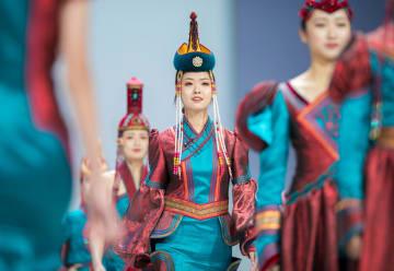 フフホトでモンゴル族の礼服ファッションショー 民族衣装·装飾フェスで