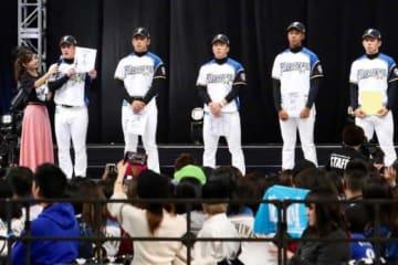 ファンフェスティバルで新人お披露目に臨んだ選手たち【写真:石川加奈子】