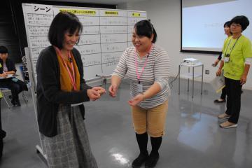 子どもと母親役に別れ、学んだことを演技して練習。「必ず褒めることが大切」=ひたちなか市東石川の「ふぁみりこらぼ」