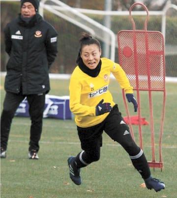 練習で積極的な走りを見せる奥川(手前)。奥は千葉監督=21日
