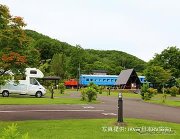 オートキャンプ場に停泊する車中泊ユーザー