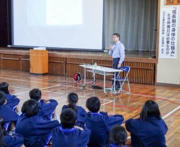 スポーツ障害の予防法を紹介した山田医師の講演=11月1日、海老名市立柏ケ谷中学校