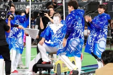 ファンフェスでクリームまみれになった日本ハム・中田翔【写真:石川加奈子】