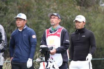 スコアを伸ばしたものの上位と大きく離された日本の小平智(右端)と谷原秀人(左端、提供:大会事務局)