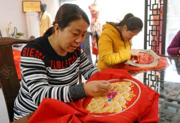 「手推繡」で豊かさへ 河北省粛寧県