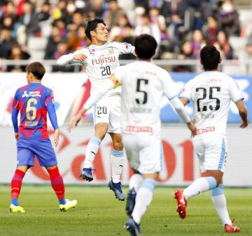 FC東京―川崎 前半、先制ゴールを決め、跳び上がって喜ぶ川崎・知念=味スタ