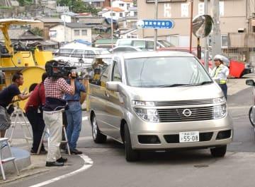 事情聴取のため稲佐署に入る中1男子生徒を乗せた車=長崎市