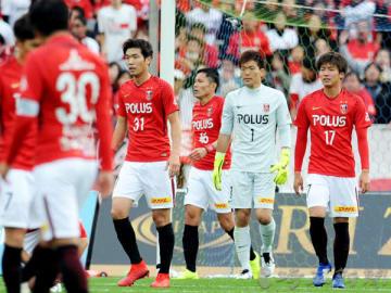 湘南―浦和 前半20分、湘南の梅崎に先制ゴールを許し、肩を落とす(右から)茂木、西川ら浦和の選手たち