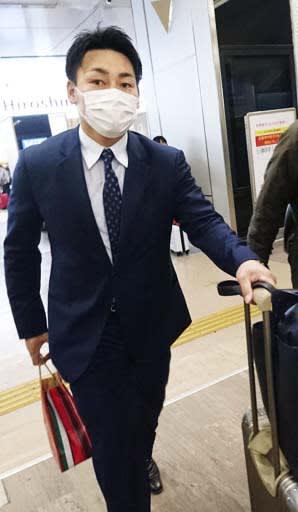 広島からFA宣言し、巨人と交渉するため東京に向かう丸=24日、JR広島駅