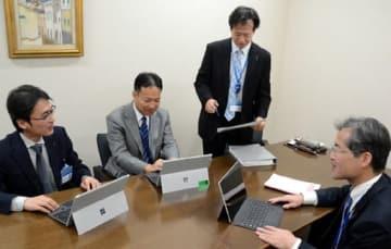 10連休のシステム対応を話し合う広島銀行の担当者