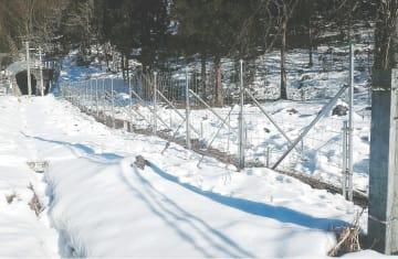 昨年12月に設置された動物侵入防止柵。効果はあまり上がっていない=上山市(JR東日本仙台支社提供)