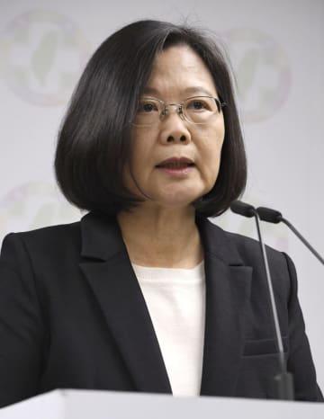 台湾統一地方選の結果を受け、民進党本部で記者会見する蔡英文総統=24日、台北市(共同)