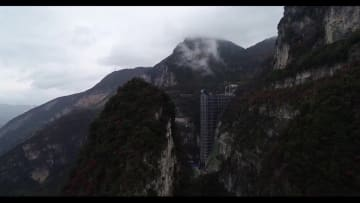 高さ世界一の断崖絶壁エレベーターでクライミング大会 重慶市