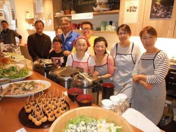 食の循環の完成を祝う参加者ら=横浜市中区のあいおい食堂