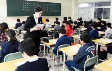 試験が始まる前に注意事項を確認する受験生たち(東広島市)
