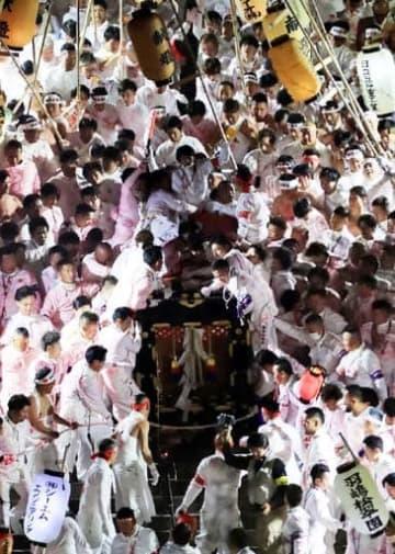 裸坊が群がる中、天満宮の石段を勢いよく下ろされる御網代輿