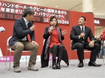 ラグビーワールドカップ日本大会と女子ハンドボール世界選手権のPRイベントで、トークを繰り広げる八代亜紀さん(中央)と立川大介さん(右端)=24日、嘉島町