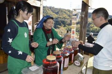 梅酒を楽しむ来場者=吉野川市美郷峠の大畠酒造