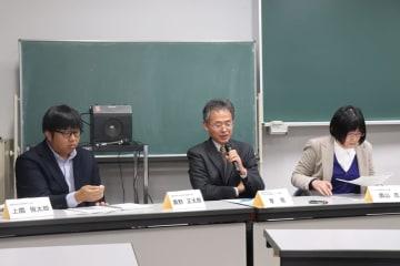 旧県庁舎跡地の整備案を説明する李准教授(中央)=長崎総合科学大