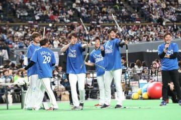 ファンフェスティバルの的当てゲームで弓矢を放つ日本ハムの選手たち(中本翔撮影)