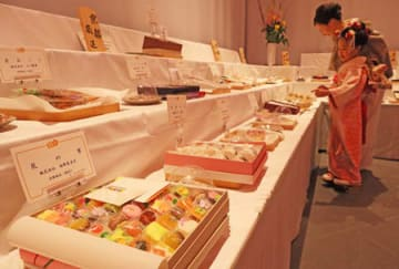 全国から寄せられた銘菓が並ぶ「献菓展」(京都市左京区・平安神宮)