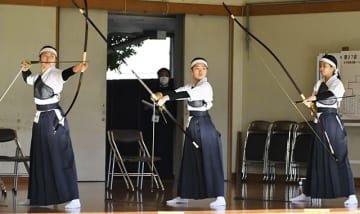粘り強く勝ち上がり、22年ぶりに女子団体を制した大垣商=長良川弓道場