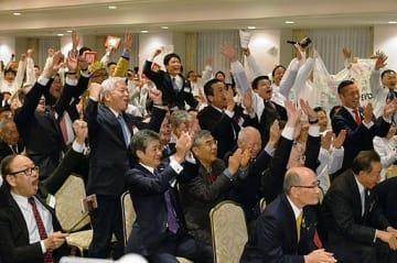 万博開催決定に喜びを爆発させる誘致関係者たち=24日未明、大阪市北区の中之島センタービル