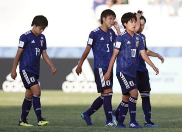ニュージーランドに敗れ、肩を落として引き揚げる中尾(10)ら日本イレブン=コロニアデルサクラメント(AP=共同)