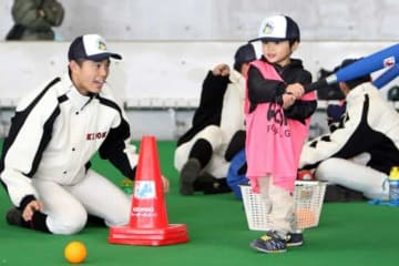 高校球児が未就学児に野球をレクチャー【写真:編集部】