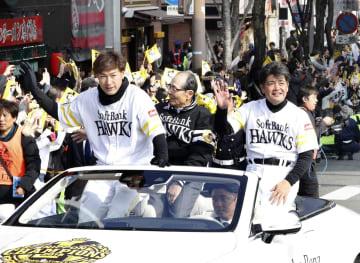 2年連続で日本一に輝き行われた祝賀パレードで、ファンの歓声に応えるプロ野球ソフトバンクの(左から)柳田悠岐選手会長、王貞治球団会長、工藤公康監督=25日、福岡市