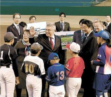 出迎えた子どもたちと懇談するバッハ会長(中央)と安倍首相(同右)